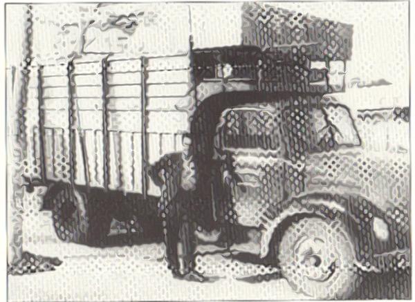 Jaime González con el camión que trasladó Electrotren desde Barcelona hasta Madrid. Año 1954.